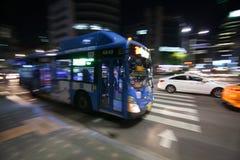 De motie van de stadsbus vaag in de nacht stock afbeelding