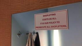 De motie van het winkeldiefstal plegen kost ons al teken op muur stock videobeelden
