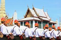 De Motie van Militairen in traditionele kleding voor te bereiden op woont de begrafenis van Koning bij Royalty-vrije Stock Afbeelding