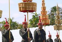 De Motie van Militairen in traditionele kleding voor te bereiden op woont de begrafenis van Koning bij Royalty-vrije Stock Afbeeldingen