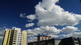 De motie van de tijdtijdspanne van de Maan over de hemelwolken stock videobeelden