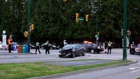 De motie van voertuigen is gesloopt in een randmensen van het autoongeval op een stadsstraat stock footage