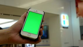 De motie van vrouw houdt een leeg slim apparaat met het groen scherm voor uw eigen douaneinhoud stock footage