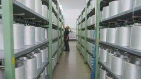 De motie van weefgetouw voorbij het verplaatsen van draden naar rekken met spoelenmeisje controleert proces stock videobeelden