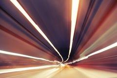 De motie vertroebelde moderne verkeerstunnel stock fotografie