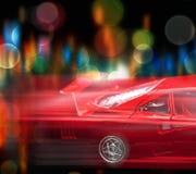 De motie vertroebelde rode auto royalty-vrije stock afbeeldingen