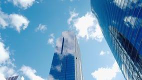 de Motietime lapse van 4K UHD van gebouwen in bedrijfsdistrict, zonnige dag snel bewegende wolk Financiële economie, bouwnijverh stock video