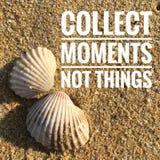 De motievencitaten van verzamelen ogenblikken niet dingen stock foto