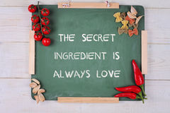 De motivatiewoorden het Geheime ingrediënt is altijd liefde Geluk, familie, huis, het koken concept Inspirational citaat Stock Afbeeldingen