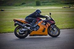 De moto-atleet begint op de renbaan te rennen royalty-vrije stock afbeeldingen