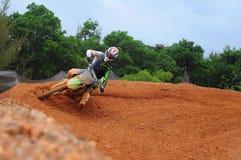 De motocrossruiter maakt een hoogspringen opleiding in Kemaman, Terengganu, de motocrossspoor van Maleisië Royalty-vrije Stock Foto