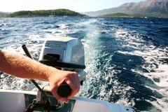 De motor van de holding op de boot Royalty-vrije Stock Fotografie