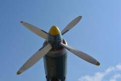 De motor van de vliegtuigpropeller tegen blauwe hemelclose-up royalty-vrije stock foto