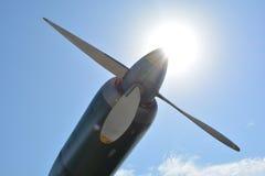 De motor van de vliegtuigpropeller tegen blauwe hemelclose-up Stock Foto's