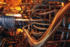 De motor van de gasturbine binnen de vliegtuigen wordt gevestigd dat Schone die energie in een elektrische centrale op een zeeoli stock afbeeldingen
