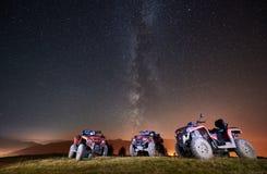 De motoren van de Atvvierling in de bergen onder nacht sterrige hemel royalty-vrije stock afbeeldingen