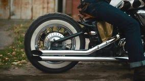De motorfiets arived met witte dichte omhooggaand van het muurwiel stock video