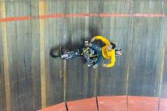 De motorfiets beklimt en loopt op de cirkelmuur Stock Fotografie