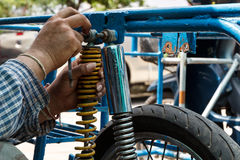 De motorfiets van de mensenreparatie Royalty-vrije Stock Foto