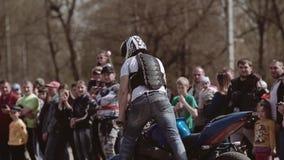 De motorfiets van Nice toont Verbazende prestaties van een stunt op een motorfiets Sluit omhoog stock videobeelden