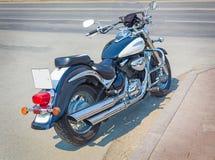 De motorfiets wordt geparkeerd op geasfalteerde weg royalty-vrije stock afbeeldingen