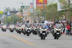 De motorfietsambtenaren van de politieafdeling het presteren Stock Afbeelding