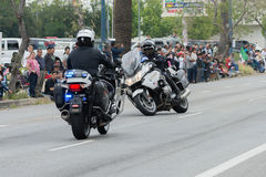 De motorfietsambtenaren van de politieafdeling het presteren Stock Foto's