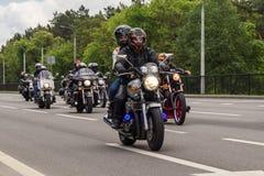De motorfietsfietsers berijden op de weg op de rand van de stad stock afbeelding