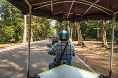 De motorfietsrit in Siem oogst, Kambodja stock foto