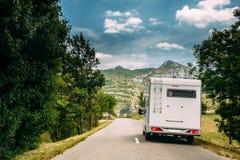 De Motorhomeauto gaat op Weg op Achtergrond van het Franse Landschap van de Bergaard Stock Fotografie