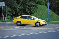 De motoriska taxibilSkoda Octavia sidorna från gården Arkivbilder