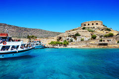 De motoriska yachterna med turister är nära den Spinalonga ön Arkivbild