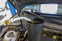 De motorolie wordt gevuld in een motor van een auto royalty-vrije stock foto