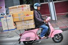 De motorrijder berijdt een Overbelaste Vespa Stock Afbeelding