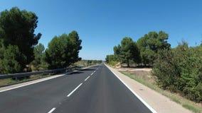 De motorrijderritten op een Mooi Landschap verlaten Toneel en Lege Weg in Spanje De mening van de eerste-persoon stock footage