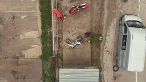 De motorrijders wast hun motorfietsen voor het Motocrosskampioenschap Hoogste mening stock videobeelden