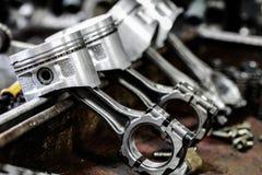 De motorzuiger uit de motor wordt verwijderd droeg voor reparatie, machinemateriaal en beschadigde van het de industriewerk dat Royalty-vrije Stock Foto's