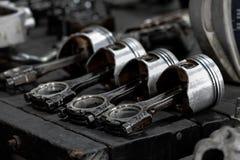 De motorzuiger uit de motor wordt verwijderd droeg voor reparatie, machinemateriaal en beschadigde van het de industriewerk dat royalty-vrije stock afbeeldingen