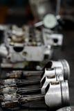 De motorzuiger uit de motor wordt verwijderd droeg voor reparatie, machinemateriaal en beschadigde van het de industriewerk dat Royalty-vrije Stock Foto