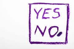 ` De mots AUCUN ` et de ` ` OUI écrit sur un livre blanc Photo libre de droits