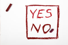 ` De mots AUCUN ` et de ` ` OUI écrit sur un livre blanc Image libre de droits