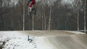 De mottenonduidelijk beeld van het motocrosshoogspringen stock video