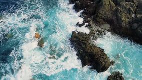 De mouvement lent de dessus vue vers le bas des vagues et des clifs banque de vidéos