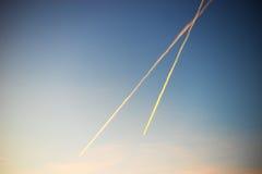 ` De mudanza s del UFO dos con las colas en el fondo del cielo Imagen de archivo libre de regalías