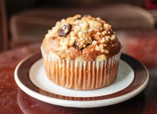 De muffin van de banaanchocoladeschilfer op koffietafel royalty-vrije stock afbeelding