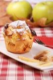 De muffin van de appel met suikerglazuursuiker Stock Foto's