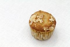 De muffin van de banaanamandel op wit tafelkleed Royalty-vrije Stock Fotografie
