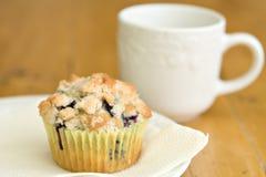 De muffin van de bosbes met een drank van melk Stock Afbeelding