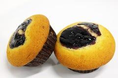 De muffin van de bosbes op een witte achtergrond Stock Foto