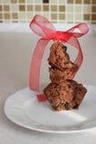 De muffin van de chocolade met rozijnen, met textuur worden gestapeld die Stock Foto's